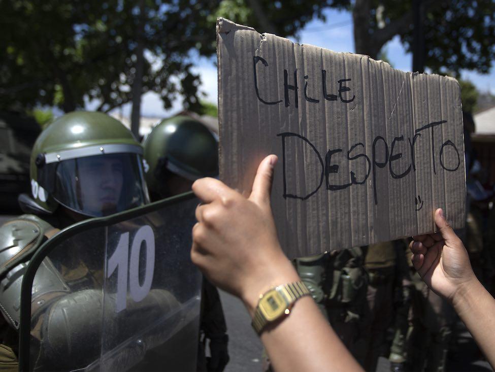 Au Chili, premières concessions du président et appels à la grève générale