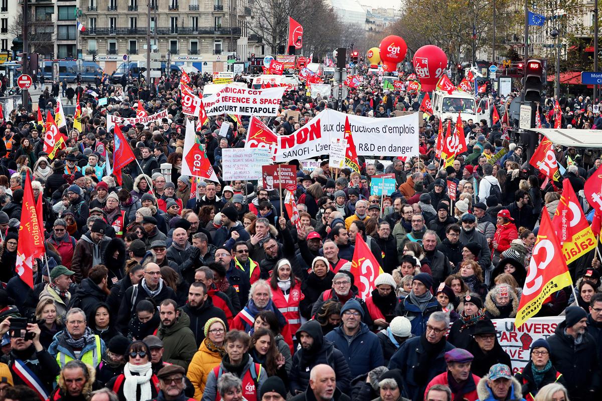 Alors que le mouvement contre le plan Juppé de 1995 était dans toutes les tête et la comparaison dans toutes les bouches des commentateurs et éditorialistes, les mobilisations en France ont été un choc pour l'exécutif, la majorité et les contempteurs habituels du mouvement social. 1,5 million de manifestants pour les syndicats contre 800 000 pour les chiffres «officiels» en décembre 2019 pour la première journée de manifestation contre 1 million de personnes ou moins de 500 000 le 24 novembre 1995.