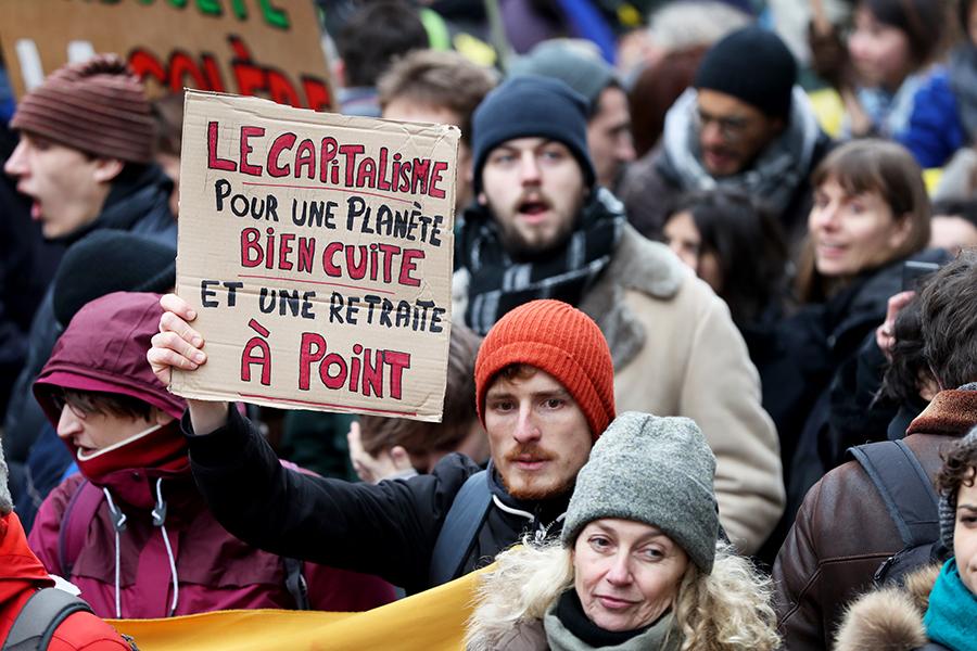 Luttes pour le climat et luttes contre la casse de la protection sociale s'alimentent et contribuent à des slogans et des pancartes qui illustrent bien le problème commun aux deux !