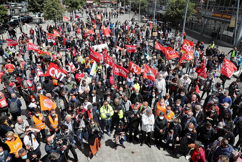 Samedi 6 juin 2020, des centaines de salariés de l'usine Renault à Choisy-le-Roi, dans le Val-de-Marne, avec des habitants et élus du territoire ont manifesté pour dénoncer l'annonce du constructeur automobile de fermer le site.
