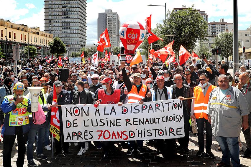Les manifestants sont arrivés devant les grilles de l'usine fermée, après avoir parcouru 2 km depuis le centre de la commune.