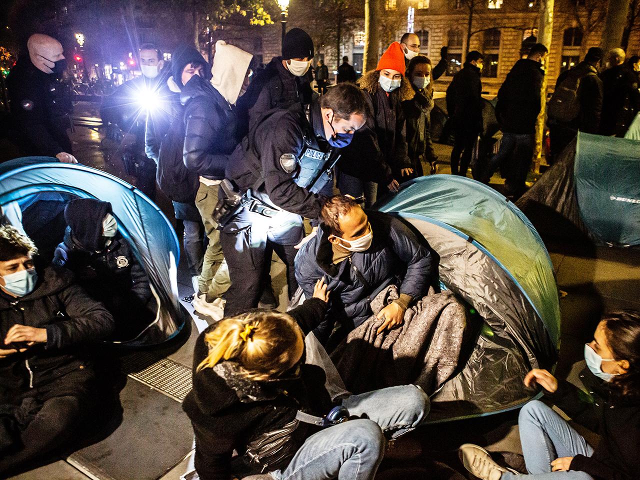 Campement de migrants démantelé: « scandaleux », selon Berger et Martinez