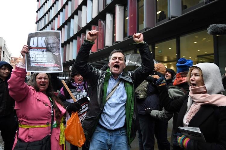 La justice britannique refuse l'extradition d'Assange vers les États-Unis