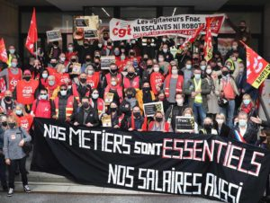 Vidéo - Les salariés de la Fnac mobilisés devant le siège pour les emplois et les salaires