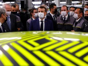 Emmanuel Macron sur le site de la future usine de batteries à Renault Douai